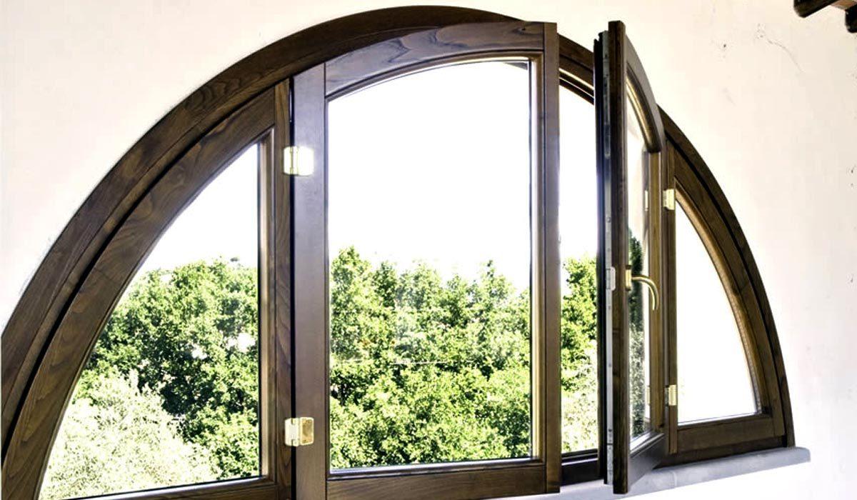 Finestre ad arco in legno