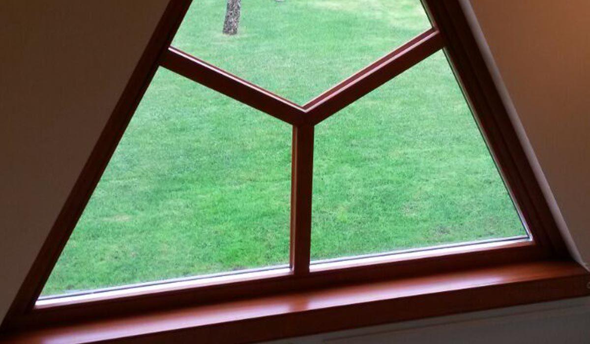 Finestra triangolare in legno