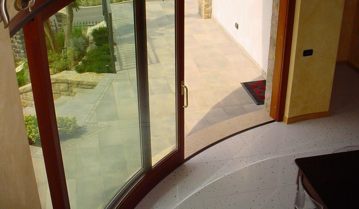 Dettaglio interno porta finestra ad arco in piano