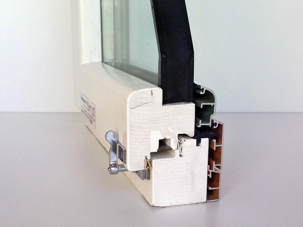 Dettaglio serramento in legno-alluminio bianco con spessore 85 mm